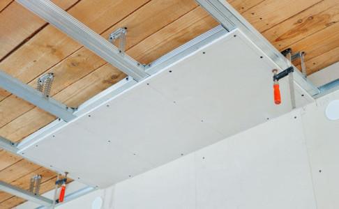 Все каркасы являются основой любых гипсокартонных конструкций. Они бывают металлическими и деревянными.