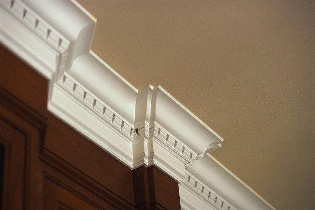 Как клеить потолочный плинтус правильно: выбор клея и подготовка галтель