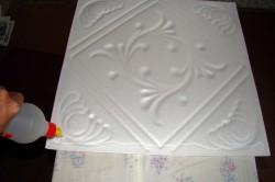 Потолочную плитку лучше клеить на жидкие гвозди на пять точек:4 края и середина.