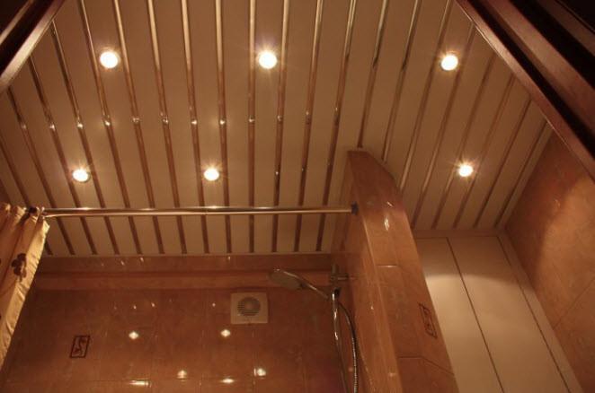 Реечный потолок для ванной: монтаж, установка светильников