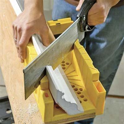 Как отрезать потолочный плинтус с помощью стусла