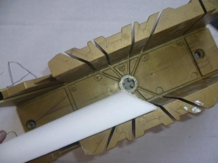 Оформить углы плинтуса потолочного