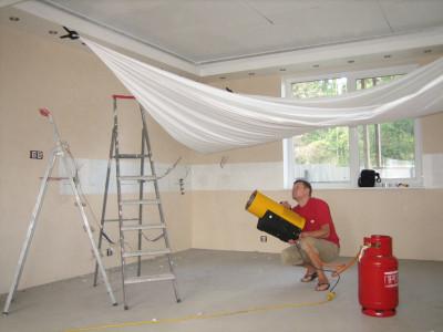 Натяжной потолок желательно монтировать после окончания всех работ по отделке стен, монтажу систем вентиляции, кондиционирования, звукоизоляции и освещения комнаты.