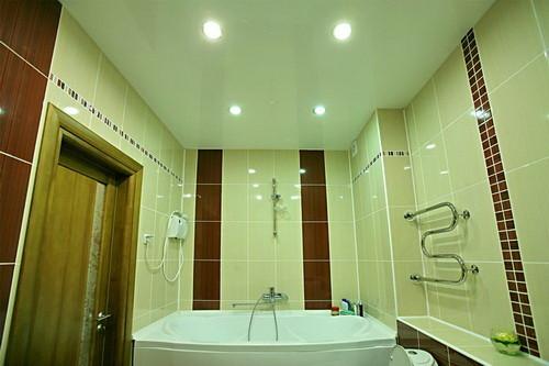 Пример использования натяжного потолка в ванной