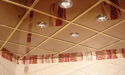 Зеркальный потолок в ванной комнате с подсветкой