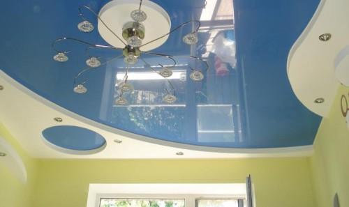 Бесшовные натяжные потолки обладают идеально ровной поверхностью, которая не имеет ни трещин, ни выпуклостей, ни неровностей. Они удачно скрывают все недостатки существующей поверхности базового потолка.