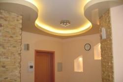 Наиболее популярны двухъярусные потолки — они и выглядят достаточно объемно и интересно, и мало влияют на общую высоту помещения.