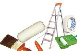 Необходимые инструменты и материалы: узкие кисточки, валик, малярная широкая кисть,специальный лоток для краски, краска для потолка, липкая малярная лента, шпатель, стремянка.