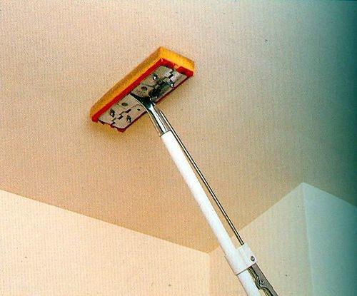 Как убрать побелку с потолка: водой, клеем и специальными растворами