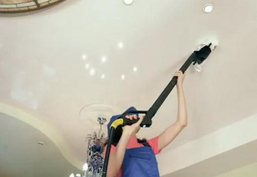Очистка натяжного потолка с помощью пылесоса