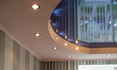 Двухуровневый потолок с точечными светильниками