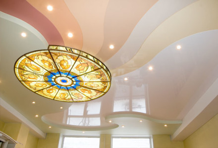 Стильная отделка потолка
