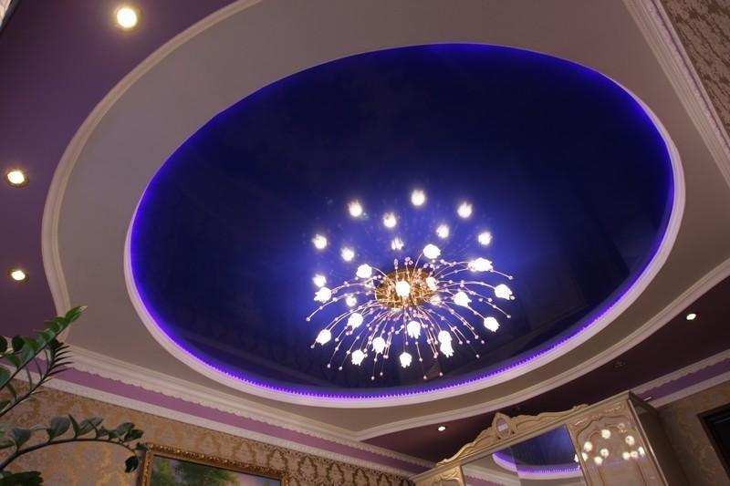 Натяжной потолок с подвесной люстрой