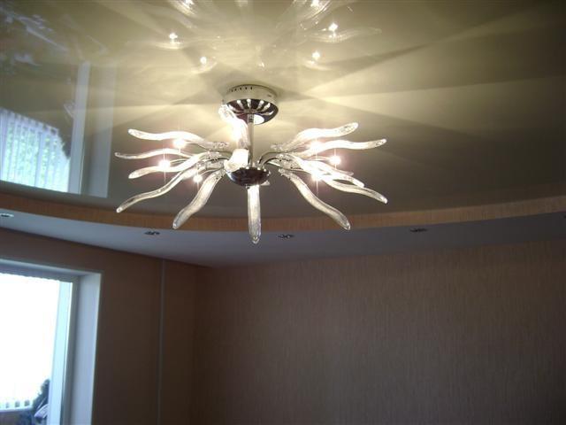 Натяжной потолок с подвесным светильником