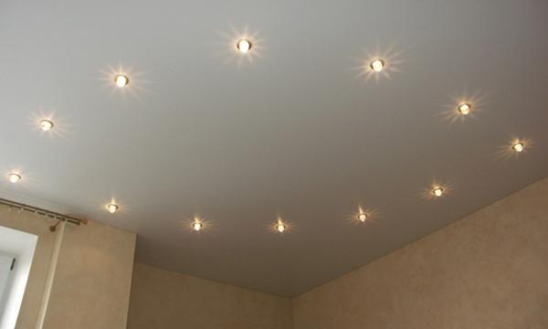 Натяжной потолок с наружными светильниками