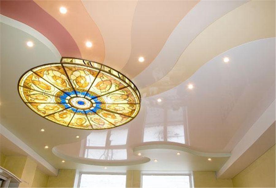 Натяжной потолок с несколькими видами осветительных приборов