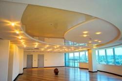 Чаще всего подвесные потолки, используемые в квартирах и коттеджах, изготавливают из листов гипсокартона (ГКЛ), укрепленных на каркасах необходимой конфигурации.