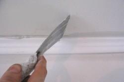Очистка потолка с помощью шпателя