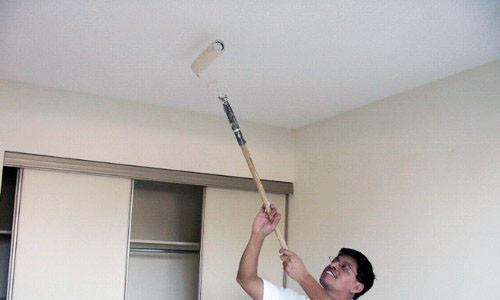 Технология покраски потолка включает в себя несколько этапов работ, каждый из которых является важным для достижения высокого результата в окрашивании.