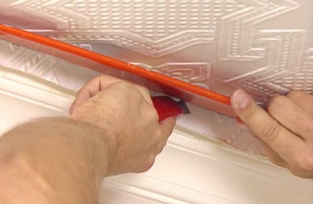 Как клеить обои на потолок: несколько особенностей процесса
