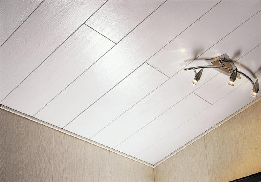 Светлый пластиковый потолок