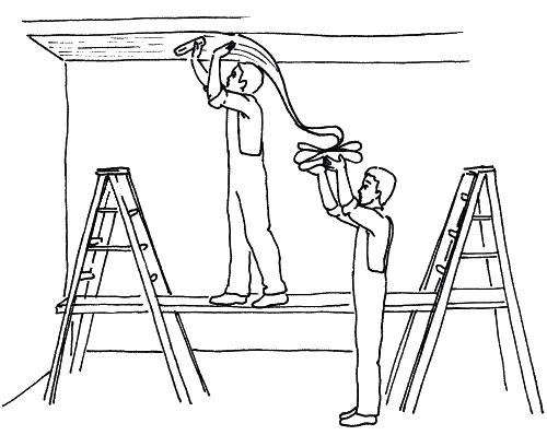 Какие обои клеить на потолок: выбор материала