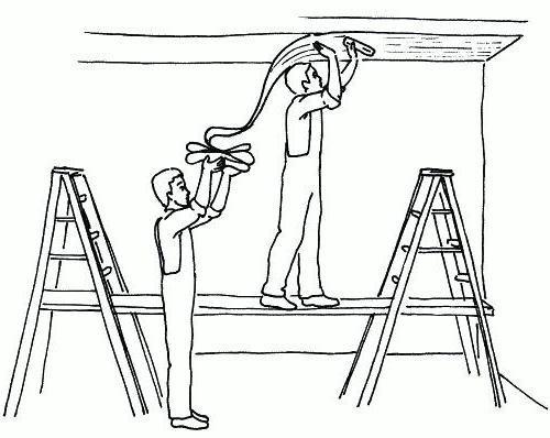 Что сначала клеить: обои или потолочный плинтус – мнения расходятся