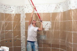 Покраска потолка в ванной комнате