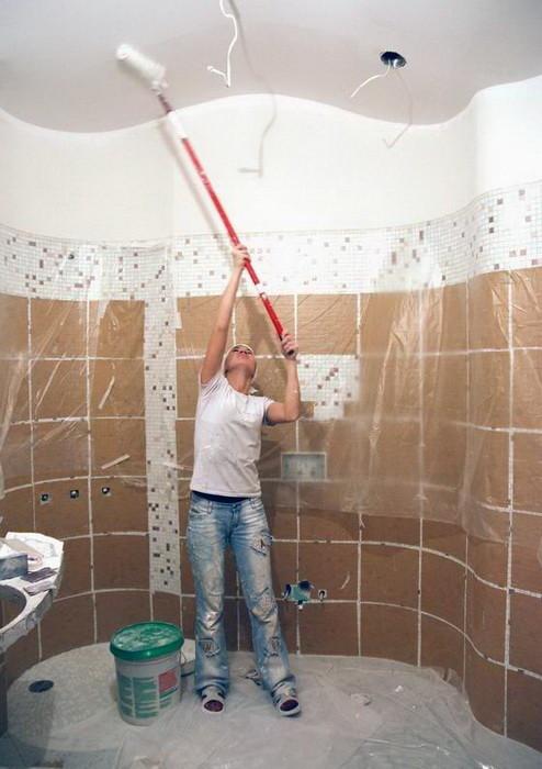 Отделка потолка в ванной комнате: варианты