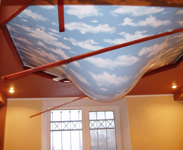При протечке полотно натяжного потолка будет опускаться, что исключает контакт воды с системами электропроводки.