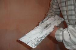 Широкий шпатель используют при нанесении смеси на ровную поверхность большой площади.