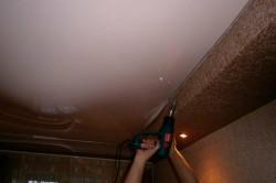 Слив воды с натяжного потолка через отогнутый край