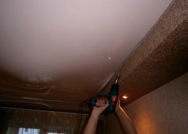 Слить воду с натяжного потолка своими руками