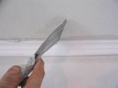 Как убрать трещины на потолке: заделываем щели