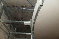 На первом уровне монтажа потолка по начерченным линиям на стене с шагом в 40-50 см дюбелями крепится стартовый профиль UD.