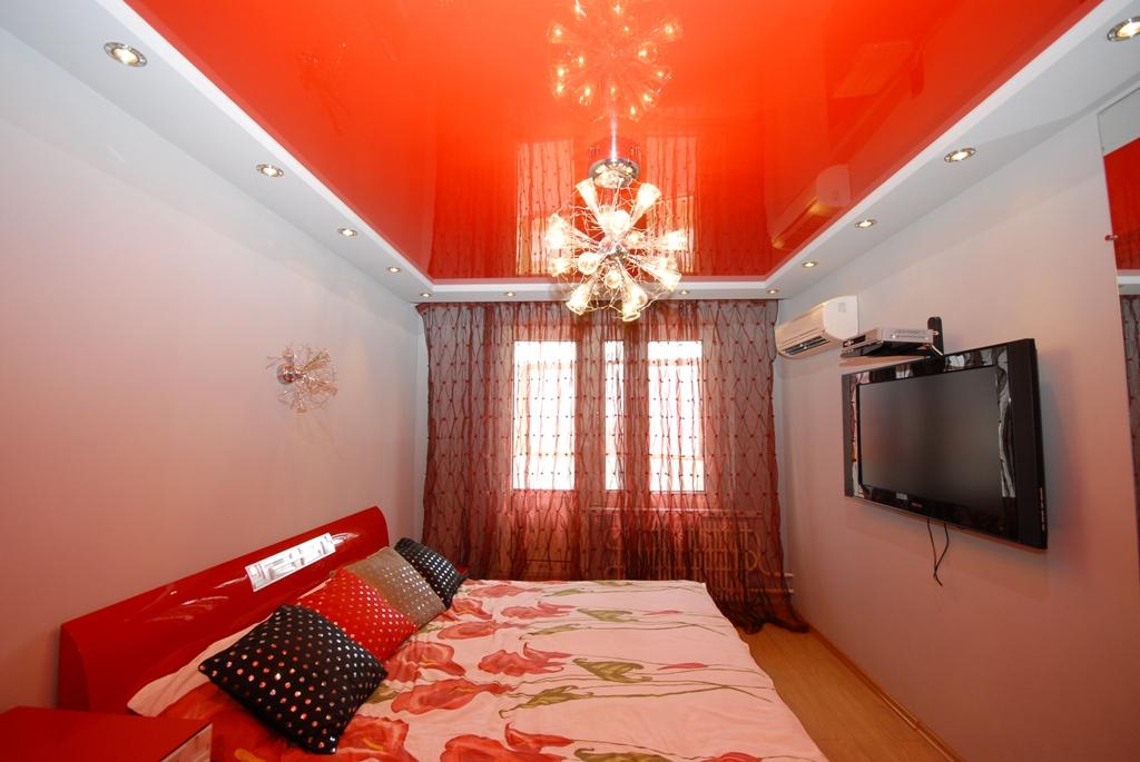 Красный натяжной потолок.