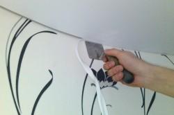 Даже если вы решите монтировать потолок после поклейки обоев, обои останутся невридимы и стык  стены и потолка будет выглядеть безупречно.