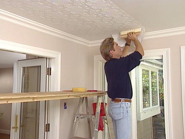 Как клеить потолок: советы мастера
