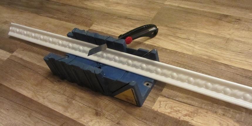 Как стыковать потолочный плинтус в углах правильно