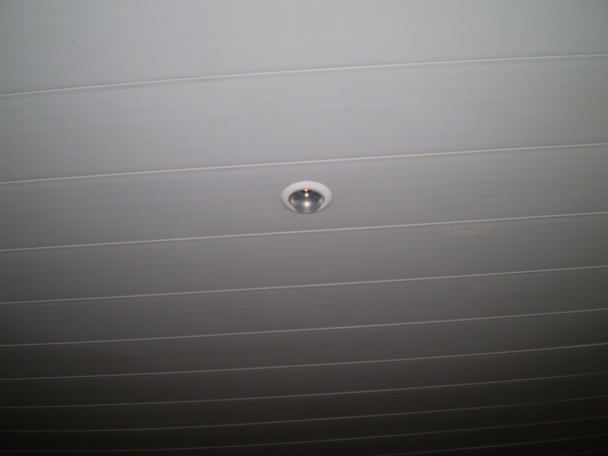 Потолок, подбитый пластиковой вагонкой
