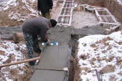 Чтобы бетонная смесь не замерзла, используют способ термоса.