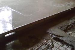 Бетонная смесь должна обволакивать всю поверхность арматуры равномерно и без пустых мест.