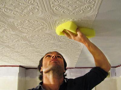 Оклейка потолка обоями.