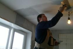 На потолок смесь наносится с помощью шпателя.