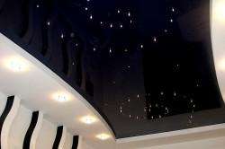 Черный глянцевый потолок с эффектом звездного неба