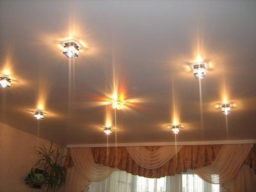 Дизайн одноуровневых потолков может варьироваться в зависимости от освещения. Сегодня на рынке представлено огромное количество светильников разнообразного дизайна.