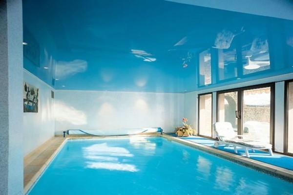 Натяжной потолок в помещении с бассейном
