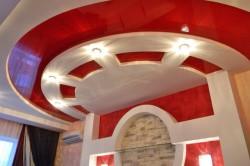 Фигурные потолки гостиной