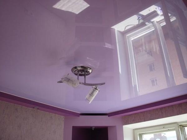 Фиолетовый натяжной потолок.