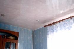 Потолок из ПВХ панелей.